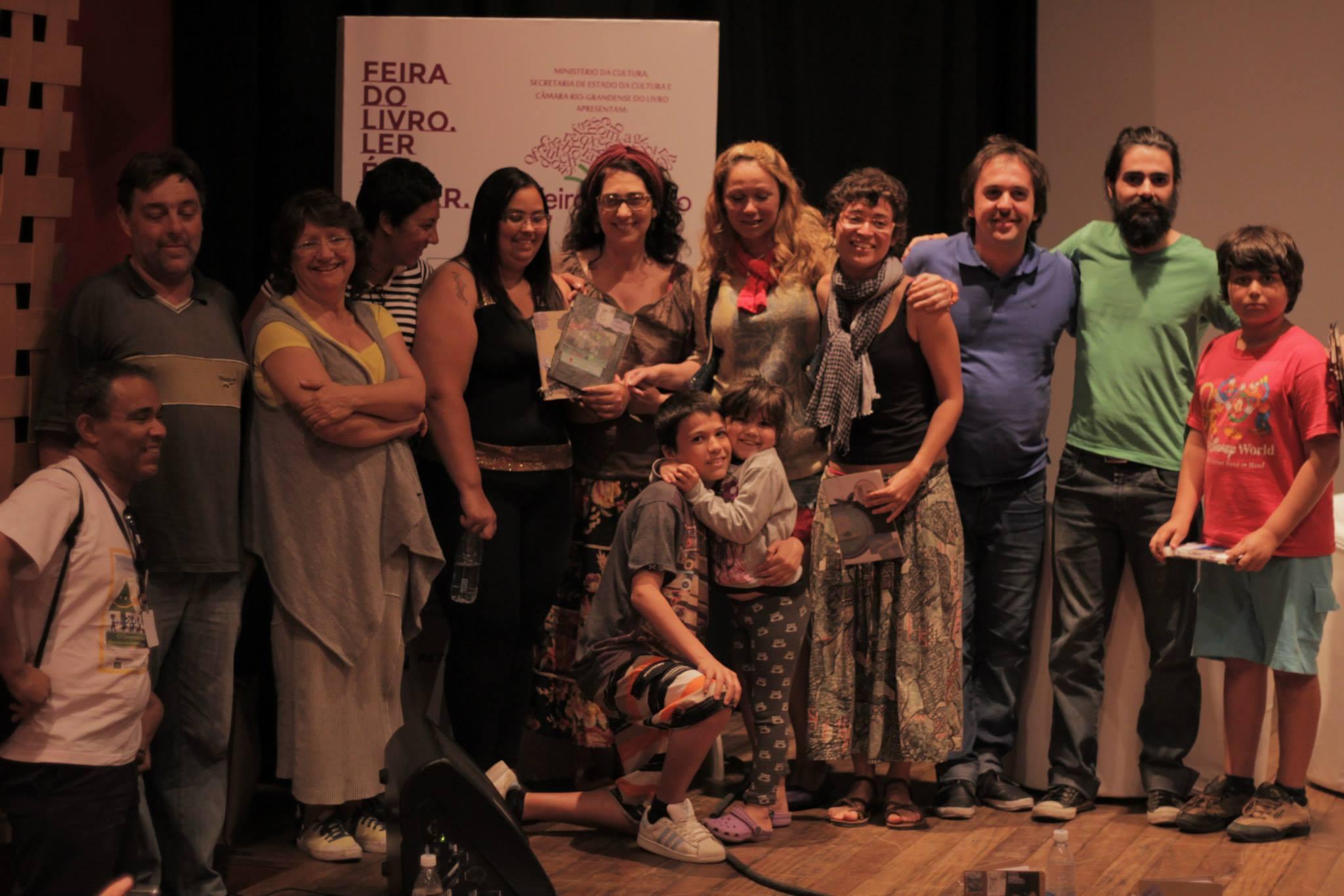 Livro artesanal Mãe Coruja é lançado no Cabaré do Verbo